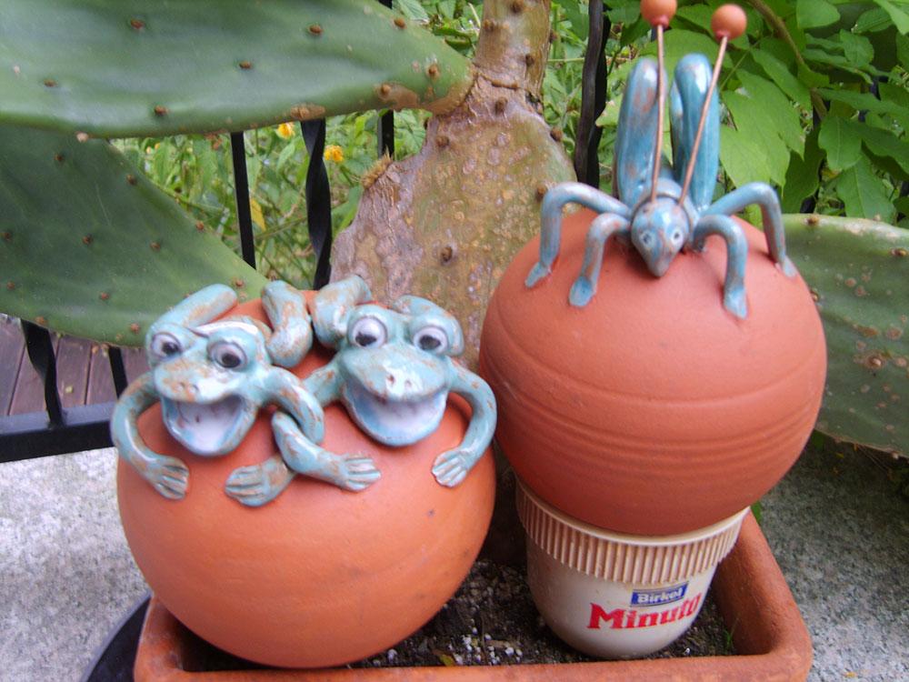 Keramik-Frösche, Keramik-Heuschrecke
